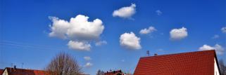 heubergwetter: wolkenloser, blauer himmel mit leichtem weissschleier.