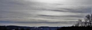 heubergwetter: nach kalter nacht, sonne hinter dickeren schleierwolken.