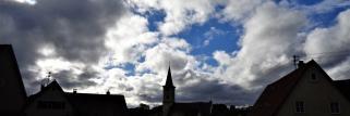 heubergwetter: starker wind, sonne, wolken und blauer himmel im wechsel.