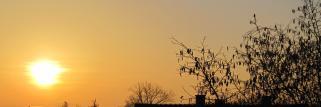 Sonne erweckt die Stadt, aber im Außen Bereich diesig !